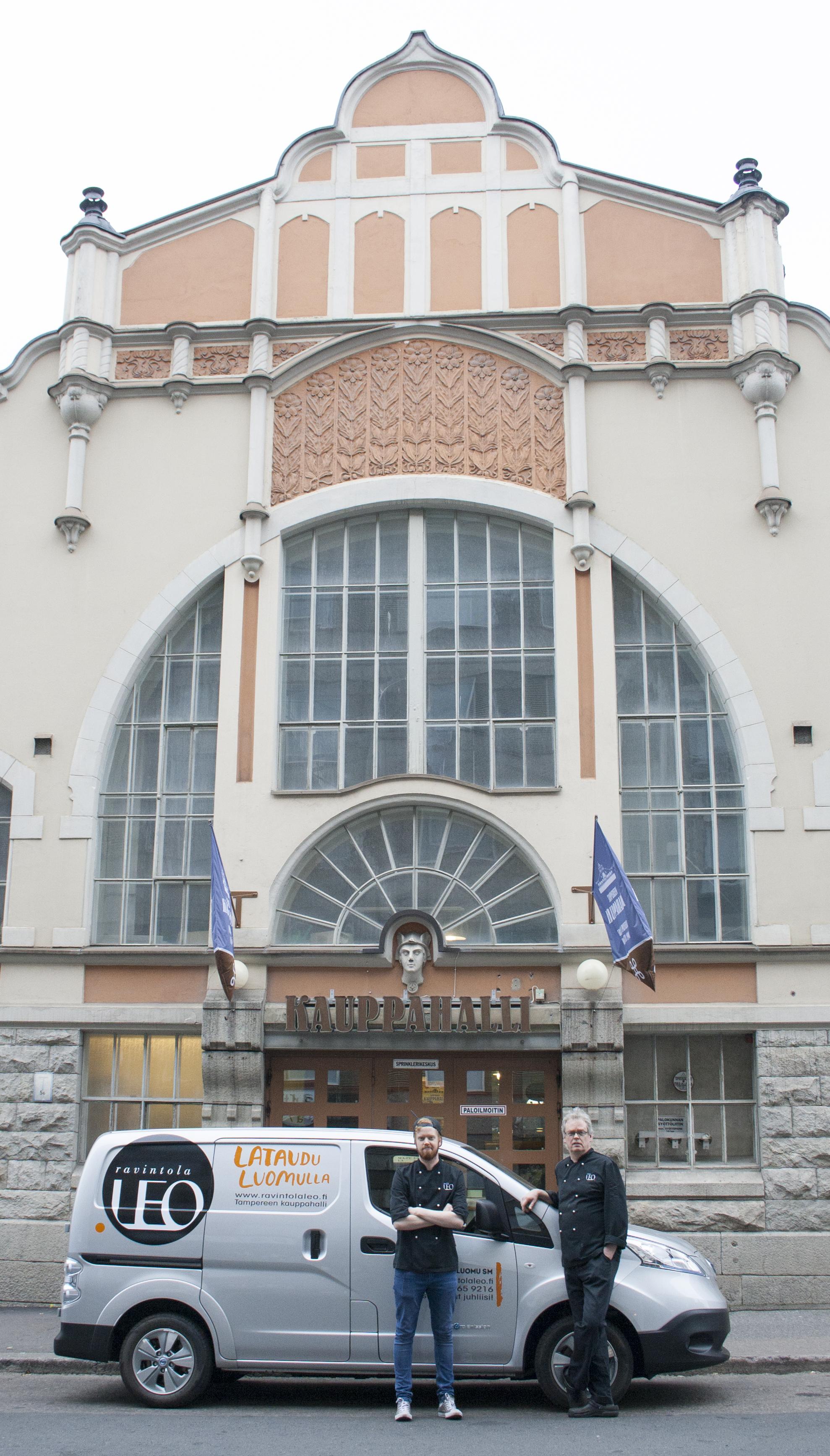 Teemu ja Vesa Salo sekä uusi auto Tampereen Kauppahallin edessä